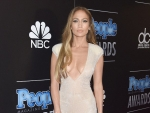 Jennifer Lopez's Nude Lips & Bronzy Glow At 2014 PEOPLE Magazine Awards