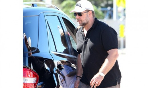 Russell Crowe with his Mercedes Benz M-Class Photos