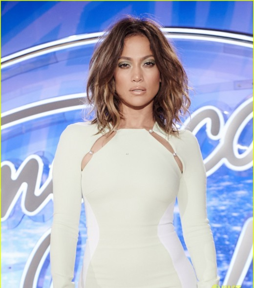 jennifer-lopez-stuns-in-tight-dress-at-american-idol-auditions-04