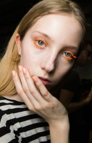 thumbs_09-pucci-fall-2017-orange-mascara-nails