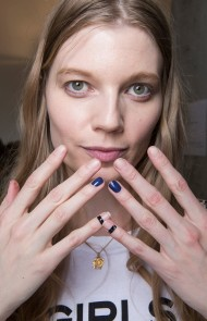thumbs_10-zadig-et-voltaire-fall-2017-nude-nails-blue-accents-black-bands