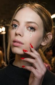 thumbs_24-jeremy-scott-gold-glitter-tear-long-red-manicure